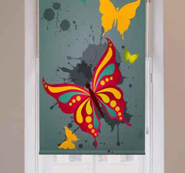 Tato umělecká roleta je založena na zeleném pozadí s velkým vícebarevným motýlkem a dvěma menšími žlutými. Již předinstalovaný!