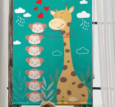 Tato dětská roleta je založena na tyrkysově zeleném pozadí s velkou žirafou líbající opice s mraky a srdíčky kolem nich. Muset koupit!