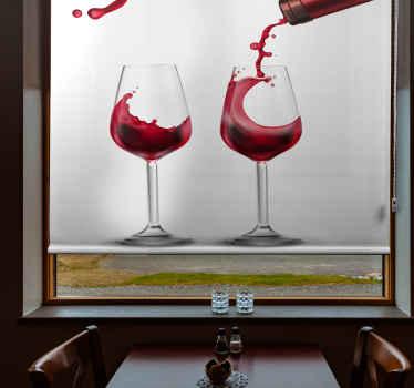 Podívejte se na tuto kuchyňskou roletu, která je založena na bílém pozadí a má na sobě dvě velké sklenice červeného vína. Předinstalovaný!