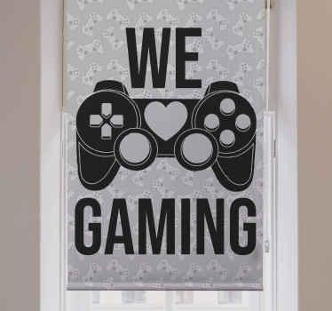 """Roleta tohoto teenagera je založena na šedém texturovaném pozadí s velkou černou grafikou herní podložky a textem """"we love gaming"""". Donáška domů!"""