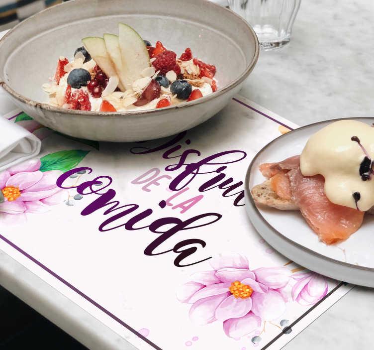 """TenVinilo. Mantel individual frase disfruta de la comida. Compre manteles individuales con flores de frase """"disfruta de la comida"""" con un diseño precioso para tu mesa ¡Envío a domicilio!"""