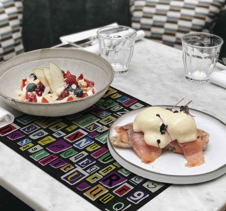 TenStickers. 多彩字母现代乙烯基餐垫. 令人敬畏的字母主题多彩餐垫,在您的桌子上看起来将不可思议。注册时可享受折扣。
