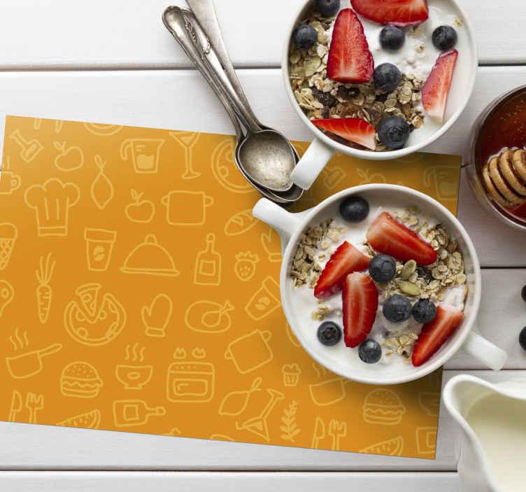 TenStickers. 橙色背景与餐具原始餐垫. 您不想错过这款可爱的特色乙烯基家用餐垫,它带有不同的器皿和餐具绘图设计,并以橙色为背景。