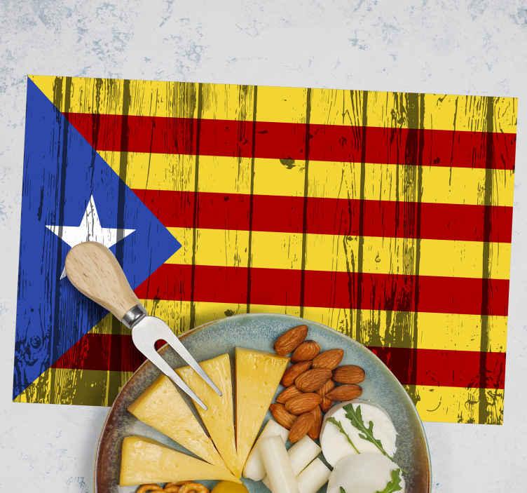 TenVinilo. Individual de mesa madera bandera estelada. Come en tu mesa con el orgullo con el mantel individual con textura madera de bandera catalana hecho de calidad ¡Envío a domicilio!