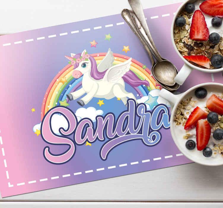 TenStickers. Set de table enfant Licorne avec nom. Imaginez à quel point votre enfant serait heureux avec ce set de table personnalisé de son prénom. Un set de table licorne personnalisable de haute qualité.