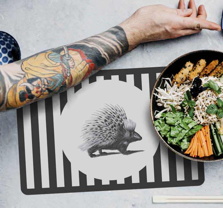 TenStickers. Svinekød kunst sort og hvid pindsvin placemats. Trendy vinyl stedsmåtte med porcupine-design i sort og hvid farve, som du ikke ønsker at gå glip af at tilføje til din boligindretning.