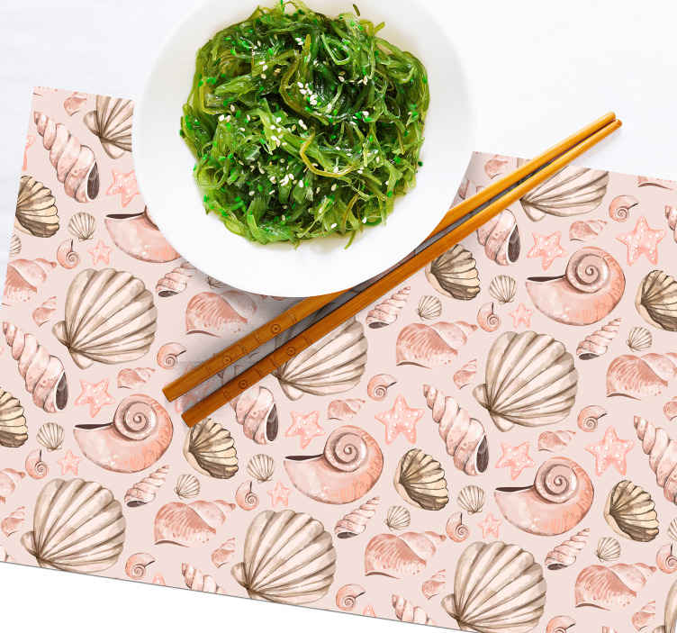 TenStickers. Tovaglietta americana rettangolare Conchiglie. Deliziosa tovaglietta colorata con conchiglie diverse. Il design è creato in una trama rosa e grigia e coprirà con attenzione qualsiasi spazio del tavolo.