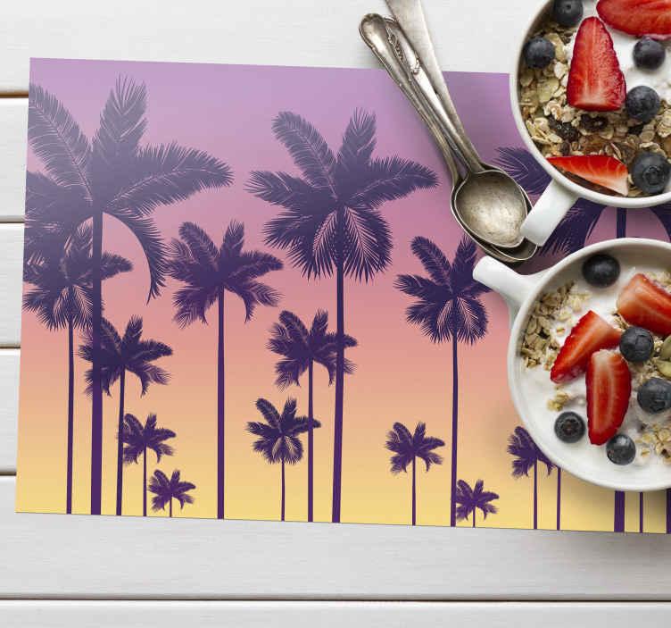 TenStickers. Gün batımı avuç içi 70'in güneş vinil servis altlıkları. Bu palmiye ağaçları ile yemek masanıza 3 boyutlu efektli gün batımı zamanı servis altlıklarında özgün ve harika bir görünüm kazandırın. Yüksek kaliteli vinil!