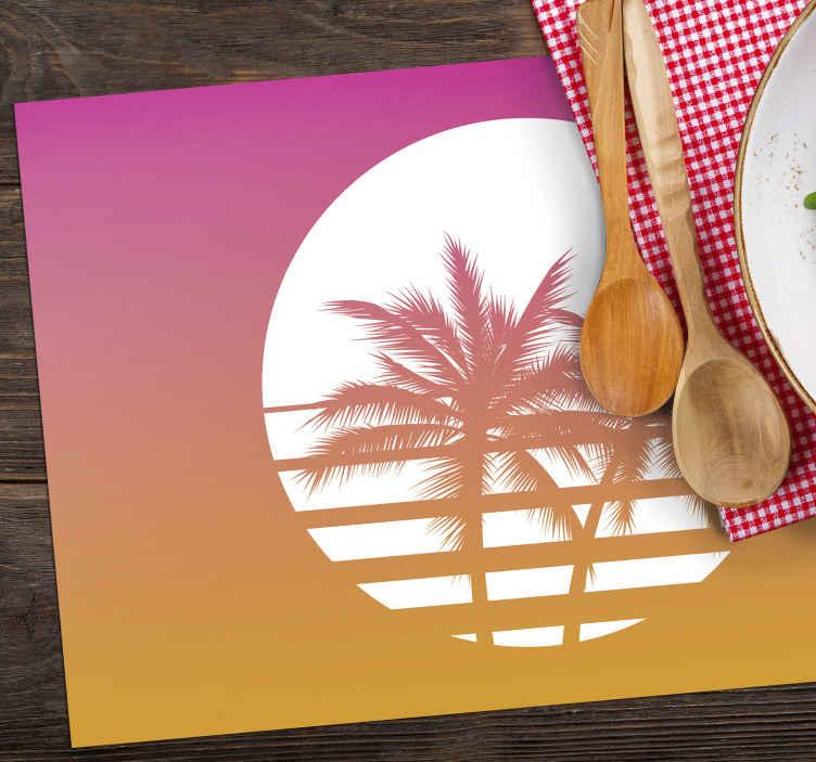TenStickers. Gün batımı vintage manzara 70'in güneş vinil servis altlıkları. Pembe ve turuncu zeminli beyaz daire servis altlığı üzerine bu palmiye ağaçları ile masanızı dekore etmenin ve korumanın mükemmel yolu.