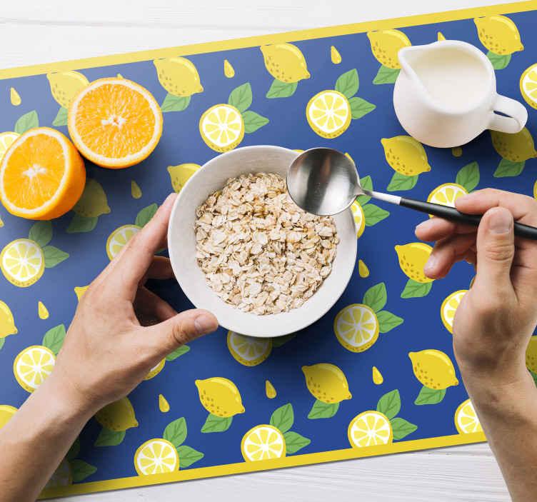 TenStickers. Mavi ve sarı limon narenciye masa örtüsü. Bazıları bütün, bazıları ikiye bölünmüş, çarpıcı limon desenlerine sahip limonlu servis altlıkları. Yüksek kalite.