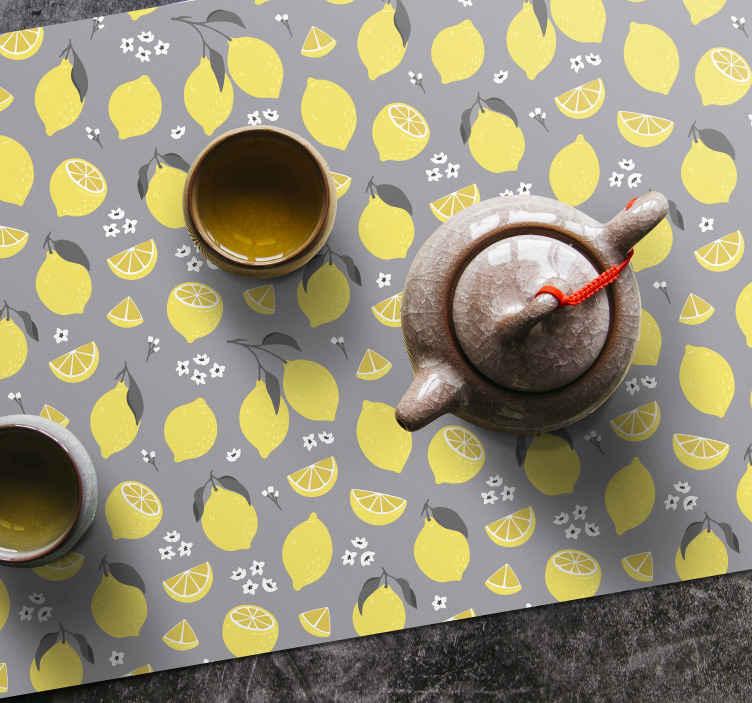 Tenstickers. Grå och gul citron bordsmatta. Grå placemat uppsättning som har ett mönster av gula citroner på en grå bakgrund omgiven av små vita blommor. Skräddarsydda.