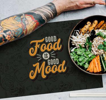 Ta en titt på svarte placemats med en morsom tekst som minner oss om at god mat er godt humør! Høykvalitets produkt lett å rengjøre!