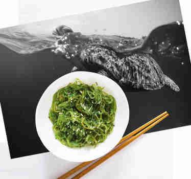 Dekorere dit bord med disse fantastiske vinyl dækkeservietter med skildpadder med et smukt design af en monokrom skildpadde svømning.
