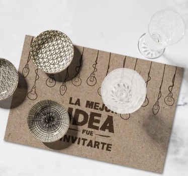 """Mantel individual de texto que presenta el texto """"la mejor idea fue invitarte"""" con diseños de bombillas colgando ¡Hecho a medida!"""