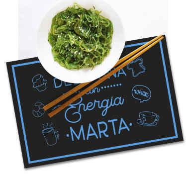 """Mantel individual con nombre que presenta el texto """"desayuna con energía"""" con tu nombre debajo en azul ¡Descuentos disponibles!"""