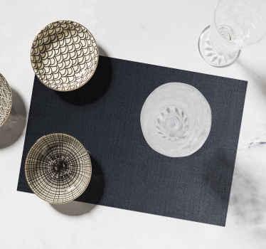 Un'elegante tovaglietta da tavola fantasia con sfondo nero per la tua casa. è ideale anche per ristoranti e qualsiasi altro servizio da tavola.