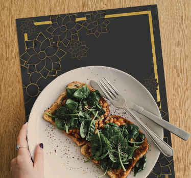 Un'elegante tovaglietta all'americana color nero per la casa e il ristorante. Il prodotto è progettato con sfondo posteriore con disegno di piante ornamentali.