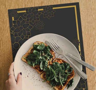En sort-farvet steddækkeservietter til dit hjem og restaurant. Produktet er designet med baggrundsbaggrund med dekorativt plantedesign.