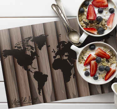 Medinė faktūra su pasaulio žemėlapio dekoratyviniais stalo kilimėliais jūsų vakarienės vietai. Klasės dizainas ir modernus prisilietimas prie pietų stalo.