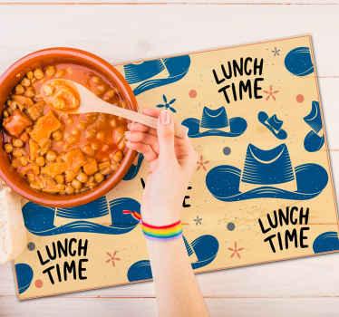 """Un joli set de table cow-boy conçu avec des chapeaux et le texte """"lunch time"""". Il est fabriqué avec des matériaux de haute qualité, durables et résistants. Entretien facile !"""