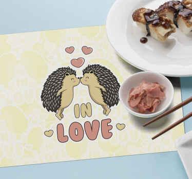 Tapete de lugar em vinil com texto de amor, caracterizado por dois porcos-espinhos se tocando com a boca e um texto que diz '' apaixonado ''.