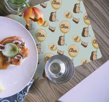 Un set de table hérissons pour vos repas. Ce set de table rectangulaire apportera une touche de décoration à votre table lorsque vous mangerez. Facile à entretenir.
