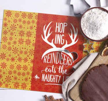 큰 사슴 뿔이있는 '순록이 장난 꾸러기 목록을 먹기를 바라고'라는 텍스트가있는 크리스마스 플레이스 매트.