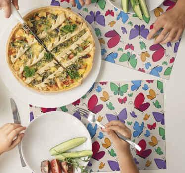 Des sets de table en sticker papillons amusants et colorés, parfaits pour chaque repas! Très facile à nettoyer et idéal pour protéger votre table.