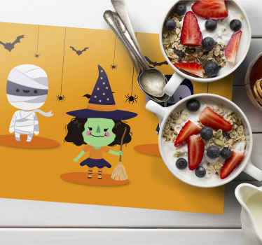 Vinilni pogrinjki za restavracijo preprosta vesela noč čarovnic t za otroke. Prihaja z različnimi obrazi veselih čustvenih simbolov, ki prikazujejo srečna okostja.