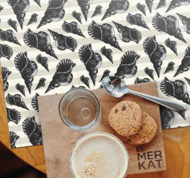 Manteles individuales con conchas negras, decoración perfecta para la mesa de tu cocina. Fabricado en vinilo de alta calidad y fácil de limpiar.