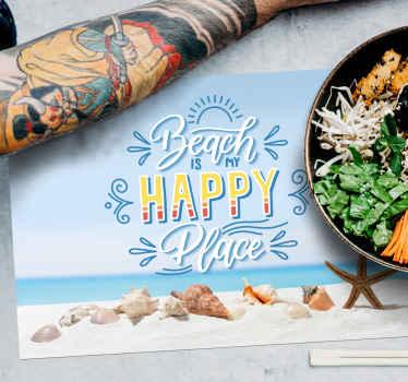 Pogrinjek z školjkami in plažo. Je odlično darilo za ljubljeno osebo, ki jo želite spomniti na zadnje poletne spomine. Iz kakovostnega vinila.