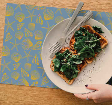 Mantel individual azul de conchas y de forma rectangular para que decores tu mesa o restaurantes. Elige tu pack ¡Envío exprés!