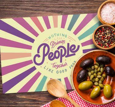 """Mantel individual retro de los 70 con la frase """"nada trae a la gente junta como la comida"""" para sorprender a tus invitados ¡Envío exprés!"""
