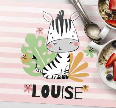 Přizpůsobené prostírání zebry, které obsahuje rozkošný obraz zebry s rostlinami, které ji obklopují, a pod ním jméno vašeho dítěte.