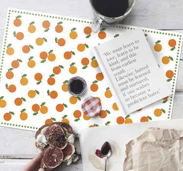 Mantel de frutas para el hogar con un diseño de naranjas con hojas verdes sobre un fondo blanco que luce superelegante y clásico, perfecto para ti.