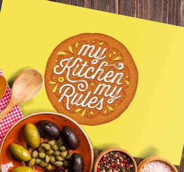 """Mantel individual de vinilo con la ilustración de una media naranja y el texto """"mi cocina, mis reglas"""" ideal para que decores tu mesa."""