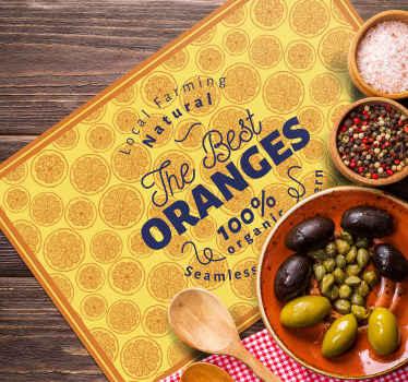"""Individual de mesa rectangular con el diseño de un patrón de naranjas repetidas y una cita en el centro con el texto """"Las mejores naranjas""""."""