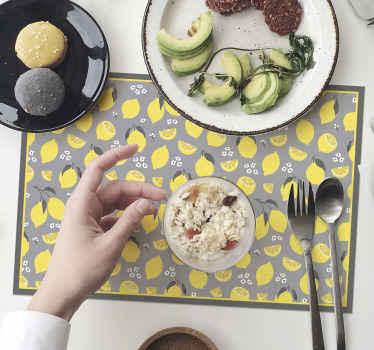 Tapete de mesa de cítricos con el estampado de limones tropicales amarillos sobre un fondo gris, que dará alegría a tu mesa a la hora de comer.