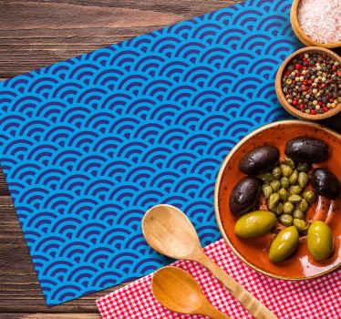 Você está cansado de seus individuais de mesa de mesa habituais? Neste caso, faça novos e personalizados. Mas essa onda japonesa azul é o cenário original agora!