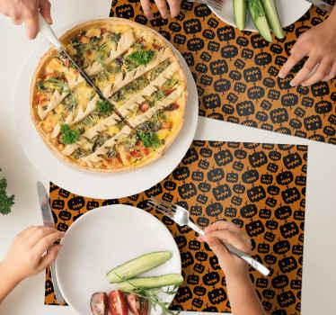 黑色和橙色餐垫具有不同的恐怖南瓜设计,是为您的空间增添万圣节氛围的合适元素。
