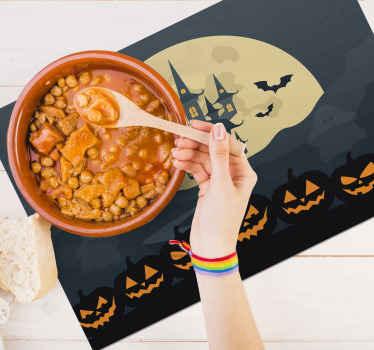万圣节特色餐垫由深色主题背景上的南瓜,蝙蝠和狩猎城堡设计而成。易于维护。