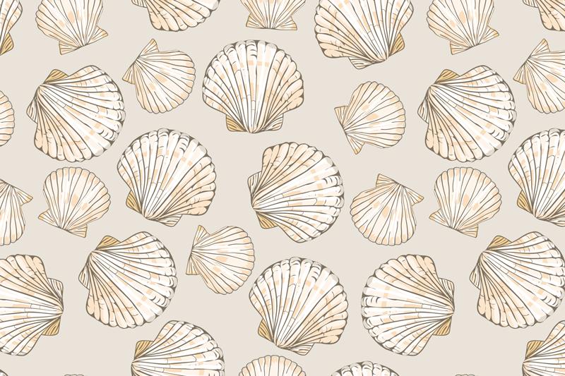 TenVinilo. Mantel individual conchas vintage beige. Manteles individuales beige con conchas marinas, decoración perfecta para tu casa. Presenta conchas grandes y pequeñas sobre un fondo beige