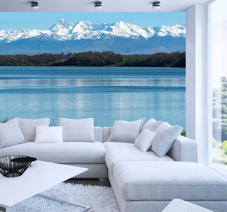TenStickers. Jezero u pirinejskim krajoliku zidni mural. Zapanjujući planinski zidni zid pirineja. Ispod gnijezdi se prekrasno plavo jezero sa snijegom pokrivenim planinama koje visoko stoje iznad njega.