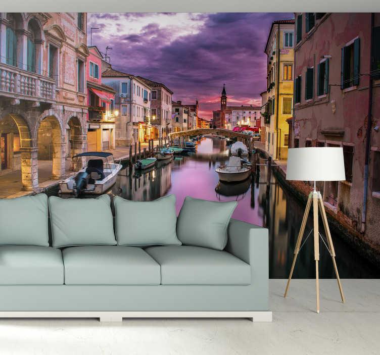 TenVinilo. Fotomural de ciudad Puesta de sol en Venecia. Original fotomural ciudad con un bonito ocaso en la ciudad de Venecia en la que vemos sus góndolas en sus bonitos canales. Fácil de aplicar.