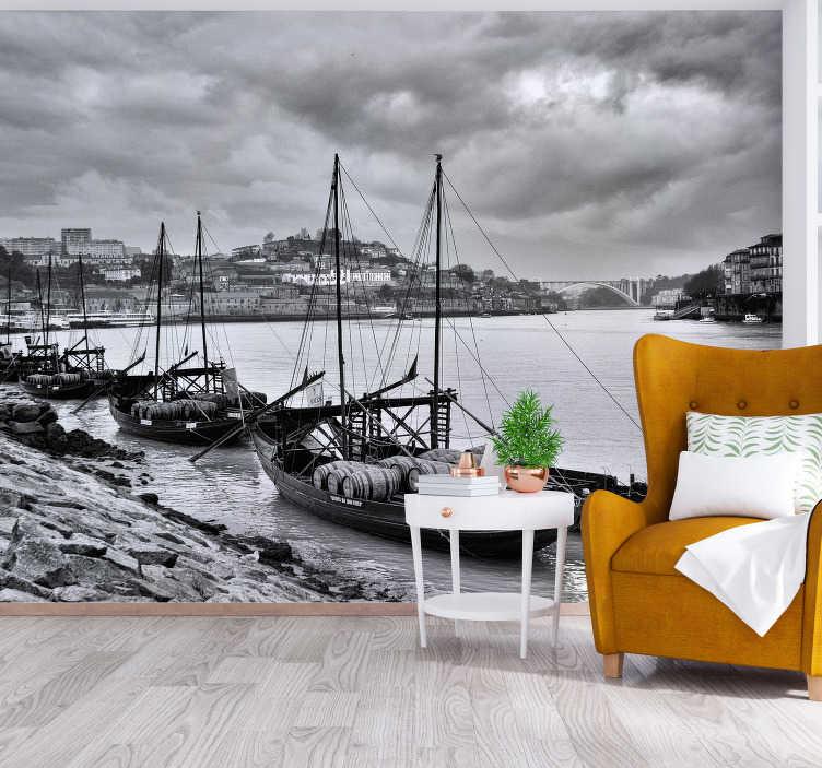 TenStickers. Papier peint mural rabelos. Conception murale de rabelos de plusieurs bateaux en ligne naviguant sur la mer la nuit. Cette conception est très adhésive avec une finition mate de haute qualité.