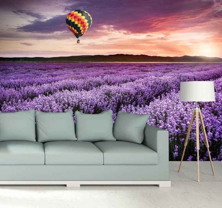 TenStickers. 薰衣草热空气气球景观墙壁画. 一个漂亮的紫色风景自然风光壁纸,为您的家。这种设计是您客厅的独特想法。立即购买,您将不会后悔!