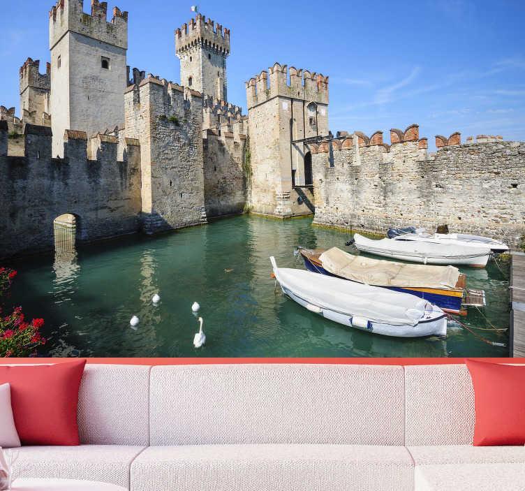TenStickers. Lago di garda con carta da parati murale castello. Qui si può godere di una splendida vista, su cui si può vedere un piccolo lago, in cui ci sono graziosi anatroccoli e il castello scaligero.
