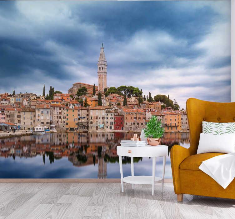 TENSTICKERS. ロヴィニのスカイラインの壁画の壁紙. クロアチア、イストリア半島にあるロヴィニのスカイラインを望む美しい壁画の壁紙。この美しいデザインであなたの家をより良くしてください。