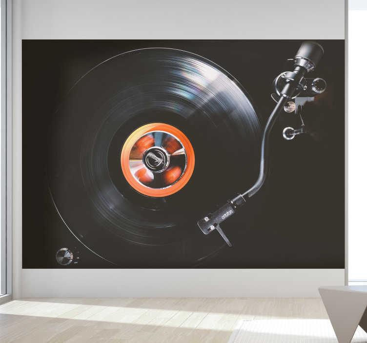 TenStickers. Vinylové nástěnné malby pro ložnice. Na této nástěnné malbě najdete tmavé zobrazení přehrávaného vinylového záznamu. S tímto krásným designem si udělejte lépe svůj domov