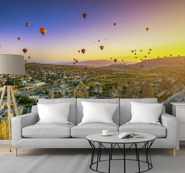 TenStickers. Fototapeta balony na ogrzane powietrze nad Kapadocją. Fototapeta z miastem z wizerunkiem regionu Kapadocji w Turcji, ze słynnymi balonami na ogrzane powietrze, idealna do sypialni.